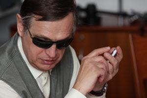 slepi-uporabnik-telefona